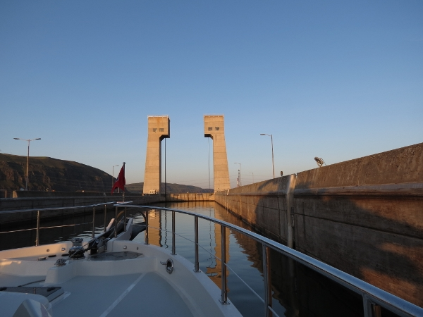 Early morning approach to John Day Dam